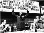 Oliver Tambo (Presidente dell'African National Congress) e Giuseppe Soncini, al termine dell'intervento di Tambo alla Prima Conferenza nazionale di Solidarietà (Reggio Emilia, 1978)
